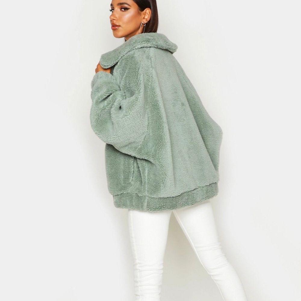 En grön oversized Teddy jacket, jätte fin och super skön. Den är helt oanvänd och alla lappar är kvar, säljes pga det inte är min stil. . Jackor.