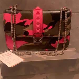 Super col valentino väska. Äkthetsbevis samt orginalbox finns. . Men syns knappt. Nypris på denna väska är 25 000kr. Skriv för mer info ❤️ befintligt skick