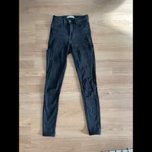 Stentvättade högmidjade jeans från ginatricot. Modellen är Molly och är tighta hela vägen. Storlek XS