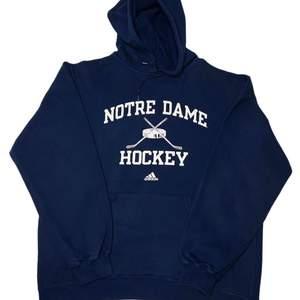 Det är en adidas hoodie i vintage look. Skicket är 10/10, storleken är M men passar L.