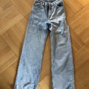 Säljer mina ljusblåa jeans från monki som jag har använt ganska många gånger men som fortfarande är i bra kvalite. Säljer eftersom de blivit för små för mig.