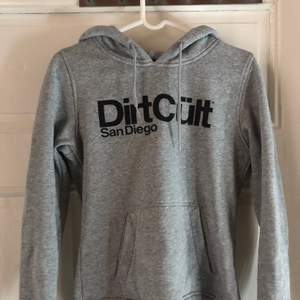 Dirt Cült hoodie i S, välanvänd men i gott skick. Säljer för 300 nypris 600!🥰 Kan mötas upp och skicka men då tillkommer fraktkostnad❣️
