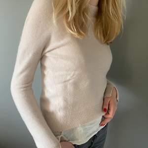 Säljer min söta ljusrosa Zadig Voltaire tröja med vita läder stjärnor på armbågarna . Den är i 100% Kashmir och som ny. Den är i storlek xs och är ganska liten i storleken och passar därför någon med storlek xxs eller xs.