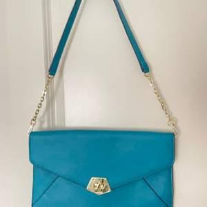 Säljer en väldigt blå kuvertväska med gultdetaljer, köpt second hand men aldrig använt!! Skriv för mer info!!☺️☺️
