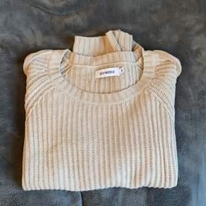 Verkligen en jättefin beige/brun stickad tröja. Sparsamt använd. Passar perfekt nu till våren/sommaren. Strl. Xs från SIZE&NEEDLE. Kontakta om mer info eller bilder.