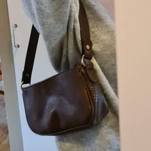 Jättefin, oanvänd brun baguette väska !