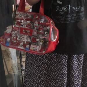 En röd och genomskinlig hello kitty väska från kawaii shop!!! Använt ändats ett par få gånger!