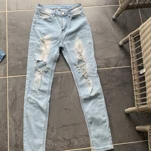 Ett par jätte snygga jeans som ja tyvär har tröttnat på. De är i jätte bra kvalite. Kontakta för mer bilder🌸frakt ingår inte