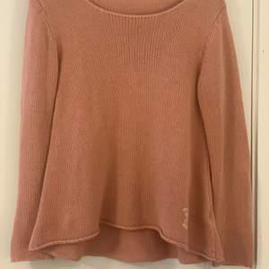 100% bomull, super fin och skön tröja från Rabalder. Tröjan är tunn och bekväm. Super fin över bikinis!