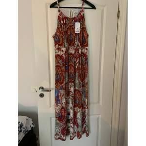 En fin klänning som aldrig är använd, skriv vid intresse💕