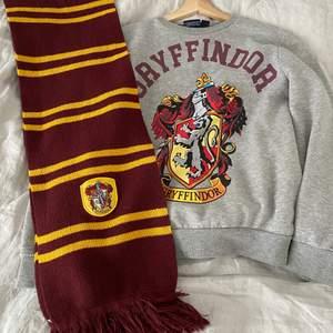 Säljer härmed mitt Harry Potter, Gryffindor SET för att jag sparar till att köpa samma saker fast med mitt egna elevhem, Ravenclaw💙 Halsduken kommer ifrån London och är ett orginal, och tröjan är ifrån HM. Skriv jätte gärna om du har frågor:)
