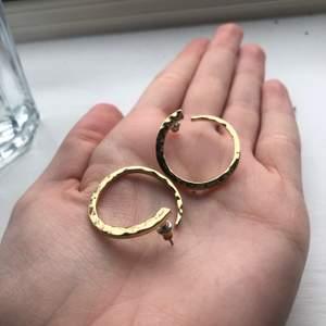 """Säjer dessa superfina örhängena från märket """"pilgrim"""" eftersom att jag redan har ett par liknande.   De har ett fint """"guldmönster"""" och kommer vara superfina till våren."""