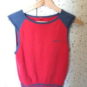 """En röd och blå/grå sweater vest från Divided. På bröstet står det broderat """"Superluck"""" och en liten fyrklöver🍀 ❕Priset kan diskuteras❕"""