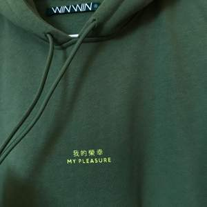 "Grön hoodie med texten ""my pleasure"" storlek S. I nyskick. Frakten kostar 79kr"