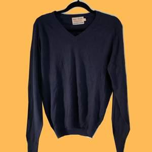 Vintage v-ringad tröja! Lite nopprig på framsidan. Köparen står för frakten