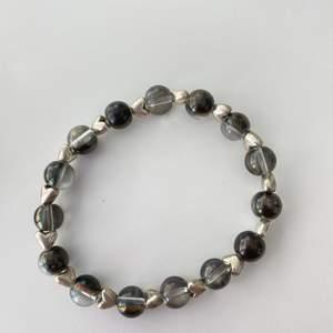 Super fina armband det ena är med hjärtan och pärlor och det andra är med stenar och pärlor detta är lite dyrare pärlor så priset beror på det 💜