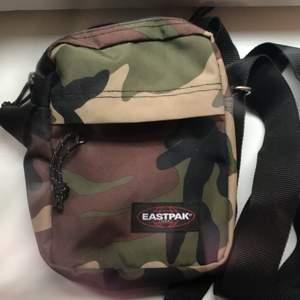 Skit cool eastpak väska i cammo som är nästan oanvänd!! Ungefär 20 cm lång och 18 cm bred och ett justerbart axelband! Frakt tillkommer😊
