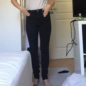 Svarta sköna skinny jeans i storlek 34/XS. Dem är ifrån h&m och kostade 200kr när jag köpte dem!💗 super sköna & stretchiga! Dem är använda, men inte super mycket. Säljes då jag gått upp 1 storlek på byxor!💘 skulle passa perfekt till en stickad tröja nu till hösten!😍 (jag råkade missa fickan med handen 😅) fler bilder kan fås privat. Är ca 155-156 lång. Fraktkostnaden går att förhandla privat 🙌🏻