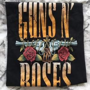Guns N' Roses tshirt, bra skick, använd någon enstaka gång. Tryck på baksidan.