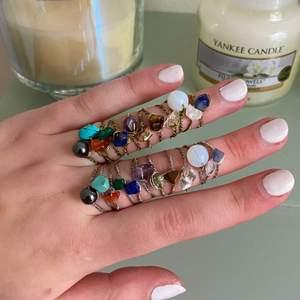 Ringar av äkta kristaller: Rosenkvarts, Bergskristall, Tigereye, Lapis lazuli, Jade, Karneol, Ametist, Opal, Sodalite, Malachite och Hematit (alla finns kvar ). Ringarna finns i guld och silver. Vid köp av 5 eller fler ringar får du en extra ring på köpet (du väljer ring).  Ringarna finns i XS/S och M/L. Ringarna kostar 20kr/st och frakten är 12kr oavsett hur många man köper! OBS: eftersom det är stenar/kristaller ser alla stenar olika ut vissa är större, vissa mindre osv. Skriv privat f frågor☺️