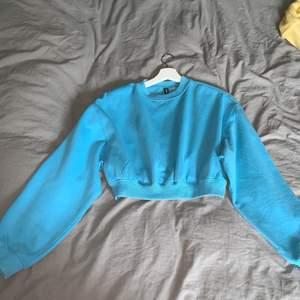 Säljer min himelsblåa croppade tröja från H&m som jag har använt några gånger, superfin & härlig färg men den croppade modellen är inte riktigt min stil💕 Den är i storlek M men kan passa alla mellan Xxs-M