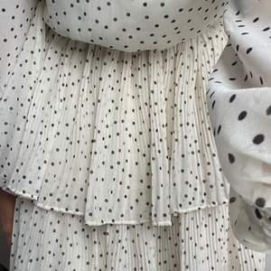 Prickig klänning från Gina, aldrig använd! Superfin 💕