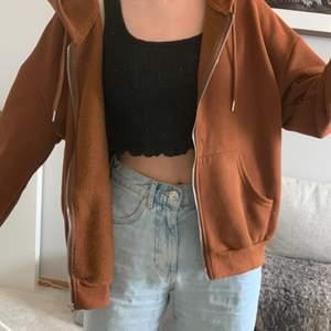 Intressekoll på denna bruna zip up hoodien. Väldigt skön och mycket bra skick. Pris kan diskuteras. Kontakta mig vid intresse eller för fler bilder. Köparen står för frakt <3