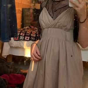 säljer min fairy grunge klänning pga, för mycket kläder, skitcool med en fishnet-tröja under (som bilden visar) och håliga strumpbyxor. pris kan diskuteras, står inte för frakt