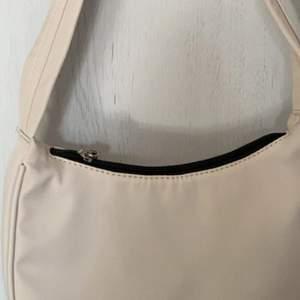 super fin o helt oanvänd väska! super bra skick! den är gräddvit/beige!💞 inga fel på den alls den kommer bara inte till användning!💞