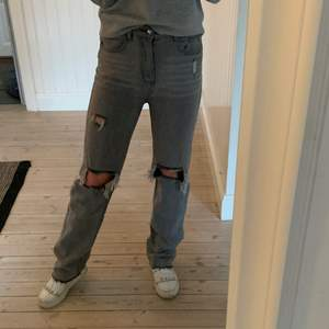 Säljer mina trendiga jeans från Pretty Little Thing i storlek 36 då de är liite för små för mig 😢💕 Helt slutsålda och går inte att få tag på längre. Får alltid så många komplimanger när jag använder dem. Superfint skick!