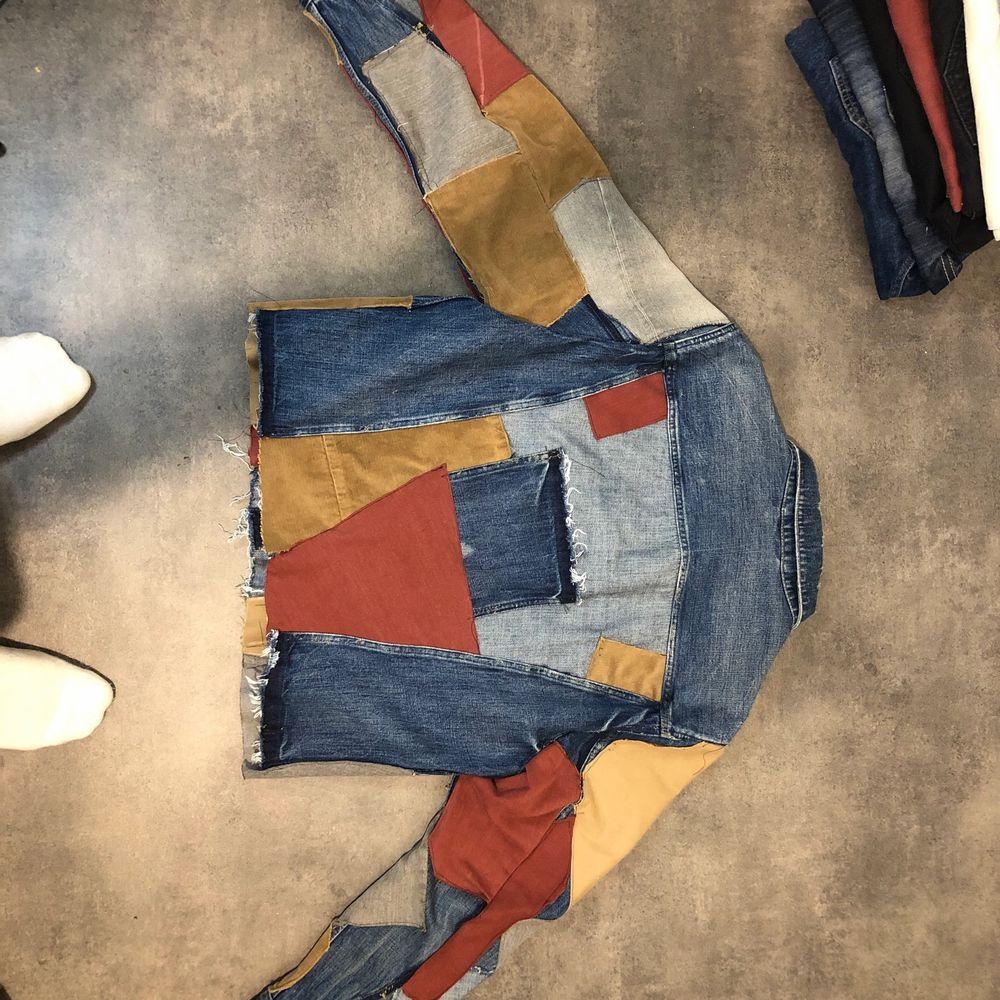 Självgjort jacka In håller olika färg som ni ser på bilderna, bra skickat . Jackor.