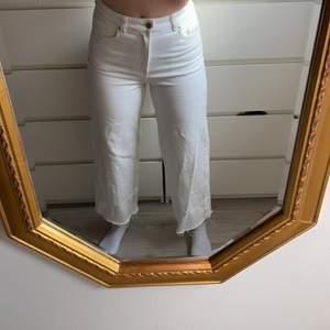 Säljare mina croppade vita jeans med rå kant köpta från hm. Använda tre gånger så inget fel på dem. Kan även passa en liten 38