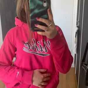 Säljer en äkta nike hoodie köpt second hand! Tycker själv att den är ascool men säljer pga att jag inte får någon användning av den :) Hyfsat bra skick💗 Skriv för mer information, köparen står för frakten✌🏼✌🏼 (vid flera intresserade blir det budgivning)