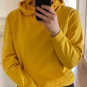 Gul hoodie köpt från Carlings. Fin och stark gul färg. Mycket skönt material! Används inte längre och endast använd fåtal gånger. Så den är i bra skick.