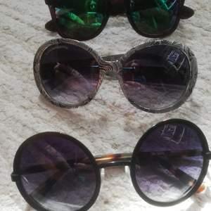 3 par solglasögon säljes tillsammans för 60 kr. Finns någon repa i ett par av solglasögonen men inget som påverkar seendet eller utseendet.