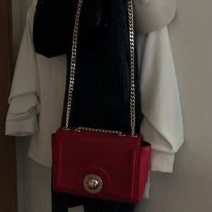 Säljer min röda väska från Versace. Köptes för några år sedan (nypris ca 1200 kr) och är i bra skick. Finns någon defekt på insidan, fler bilder kan fås vid intresse🌸😊
