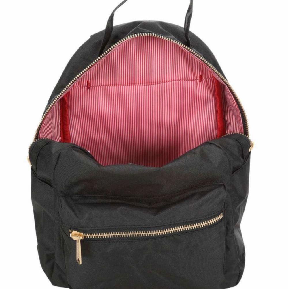 Svart Herschel ryggsäck aldrig använd.  Pris 340   Passar för laptop upp till 15