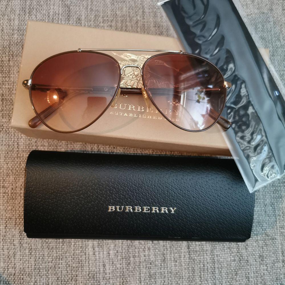 Jätte fina äkta Burberry solglasögon. Kommer med alla tillbehör. Fint skick. Frakt tillkommer på priset. Skickas med skicka lätt. . Accessoarer.