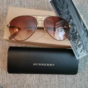 Jätte fina äkta Burberry solglasögon. Kommer med alla tillbehör. Fint skick. Frakt tillkommer på priset. Skickas med skicka lätt.