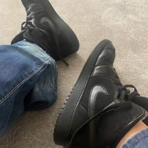 jordans! De har creasat sig lite men fortfarande väldigt snygga!!😍Sulan på höger sko är lite sliten men man märker inte det syns inte och känns inte när man har på sig dom! De är köpta second hand så kan inte garantera om de är äkta. Säljer för 250 kr + frakt
