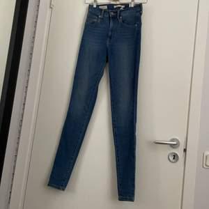 levi's jeans jättefint skick knappt använda storlek 24/30 passar mig som är runt 160 i längden