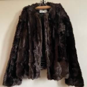 Mörkbrun pälsjacka köpt från nelly för några år sen. Mörkbrun💖