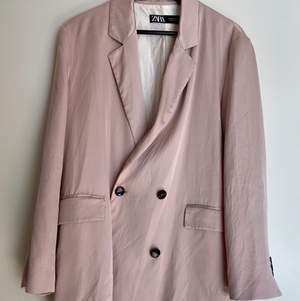 Ljus rosa Oversized blazer i silke från Zara! Enbart använd 3 ggr under sommaren 2020. Väldigt gott skick! Kemtvättad 1 gång. Nypris 1032kr!