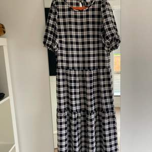 Måste tyvärr sälja denna klänning då den inte passar längre. Brukar styla den med ett par coola boots & en blazer på hösten, blir perfekta kombinationen av sött & coolt. Sparsamt använd! Storleken är xxs men sitter som xs/s
