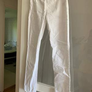 Vita slimfit jeans från Cubus. Väldigt lite använda. De har resår i midjan. Storlek 158 men kan passa xxs