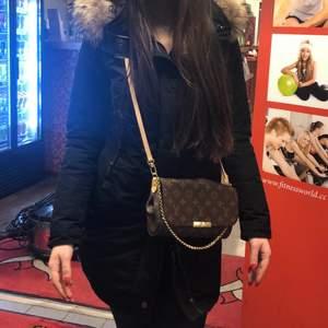 Säljer parajumper modell Selma i storlek S. Äkta , Figursydd varm jacka med äkta päls. Bra skick, nypris 9400 kr