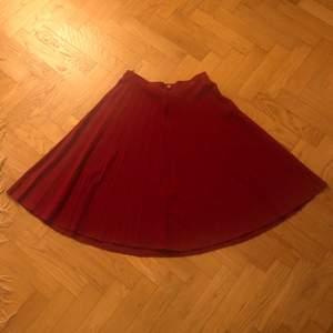❤️Härligt julig kjol i ulltyg. Mammas gamla som inte används så mycket som den förtjänar:) Har ingen lapp, men uppskattar storleken till S-M. Blev lite sjaskiga bilder, så meddela för fler på t.ex passform❤️