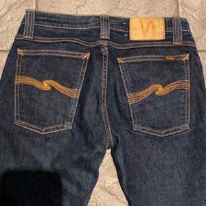 Säljer dessa sjukt snygga lågmidjade jeans från nudie som tyvärr är för korta för mig som är 174:((