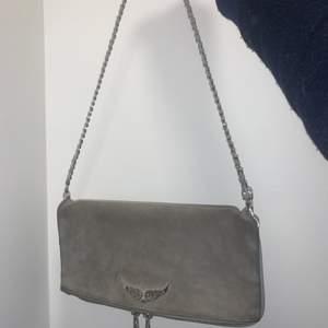Intresse koll på min Zadig väska. Är i grå mocka. Ny pris ca 2700. Tillkommer ett långt band också. Säljer pga använder inte längre⚡️ Lägg bud 🤩