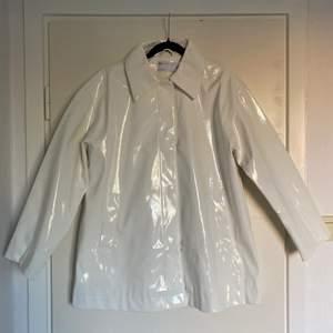 Oanvänd vit lack jacka. Från asos design. Skick: 10/10👌